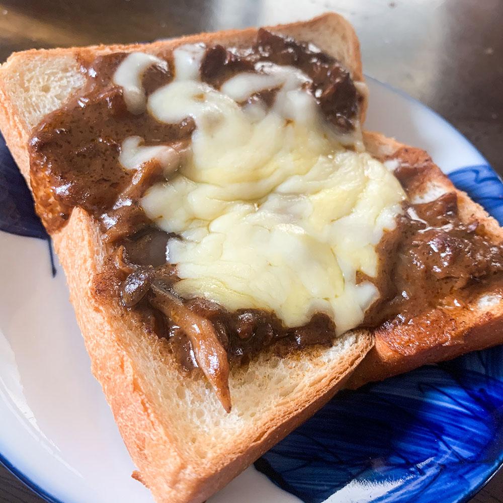 余ったハッシュドビーフで!チーズトースト